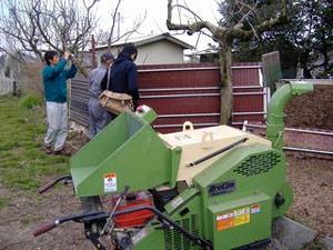 取材の様子です。堆肥の状況を説明しているところです。