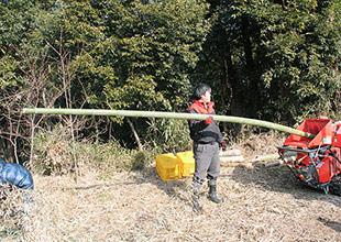 発酵中の竹粉。袋に詰めて空気を抜く。